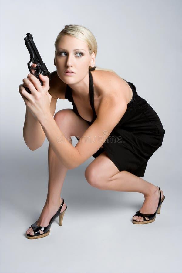 όμορφη γυναίκα πυροβόλων ό&p στοκ φωτογραφία με δικαίωμα ελεύθερης χρήσης