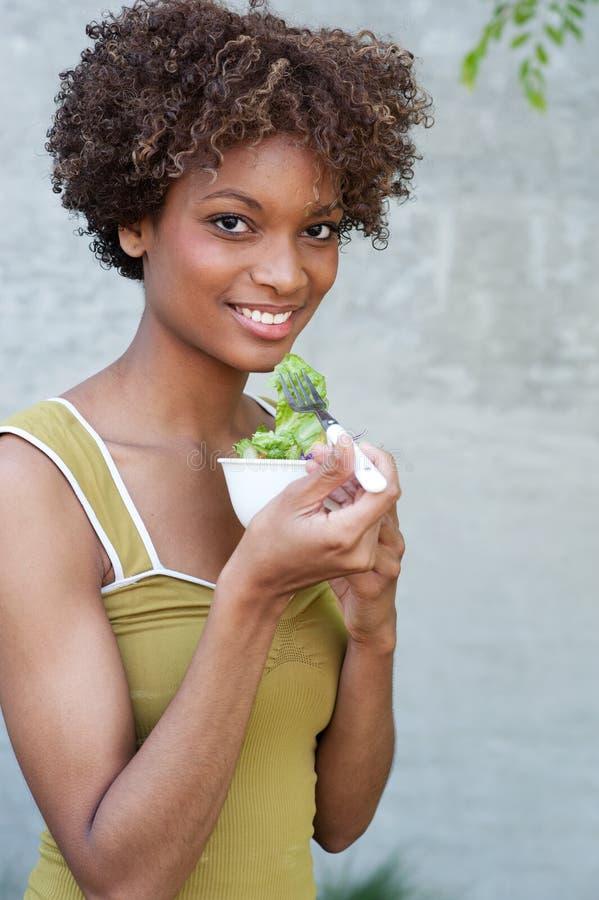 όμορφη γυναίκα σαλάτας αφροαμερικάνων στοκ φωτογραφία