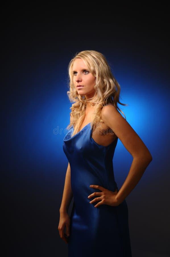 όμορφη γυναίκα σατέν φορεμ στοκ εικόνα