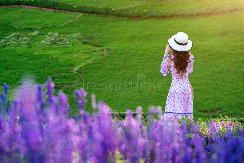 Όμορφη γυναίκα σε έναν κήπο λουλουδιών στοκ φωτογραφία με δικαίωμα ελεύθερης χρήσης