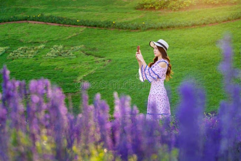 Όμορφη γυναίκα σε έναν κήπο λουλουδιών στοκ φωτογραφίες