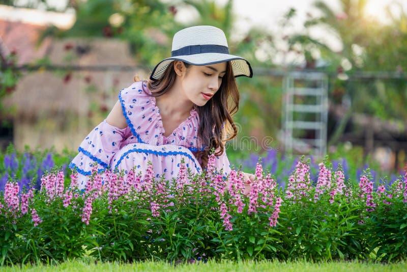 Όμορφη γυναίκα σε έναν κήπο λουλουδιών στοκ φωτογραφίες με δικαίωμα ελεύθερης χρήσης