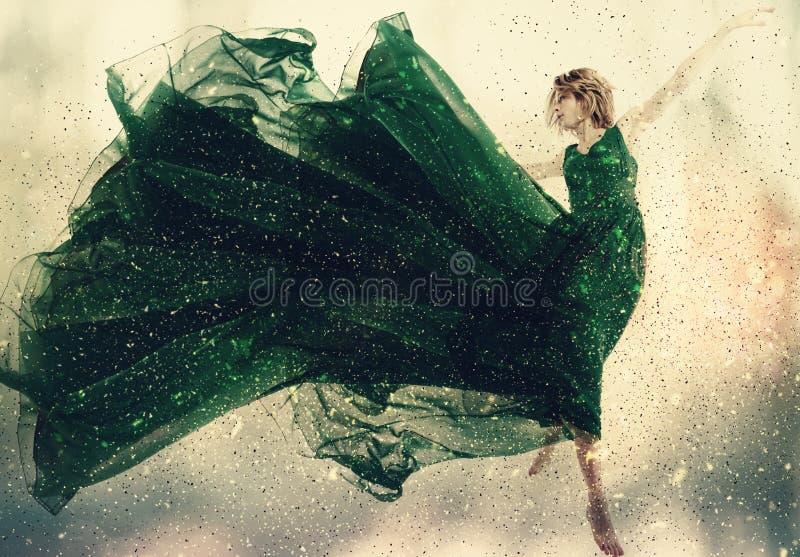Όμορφη γυναίκα σε ένα άλμα φορεμάτων στοκ φωτογραφίες με δικαίωμα ελεύθερης χρήσης