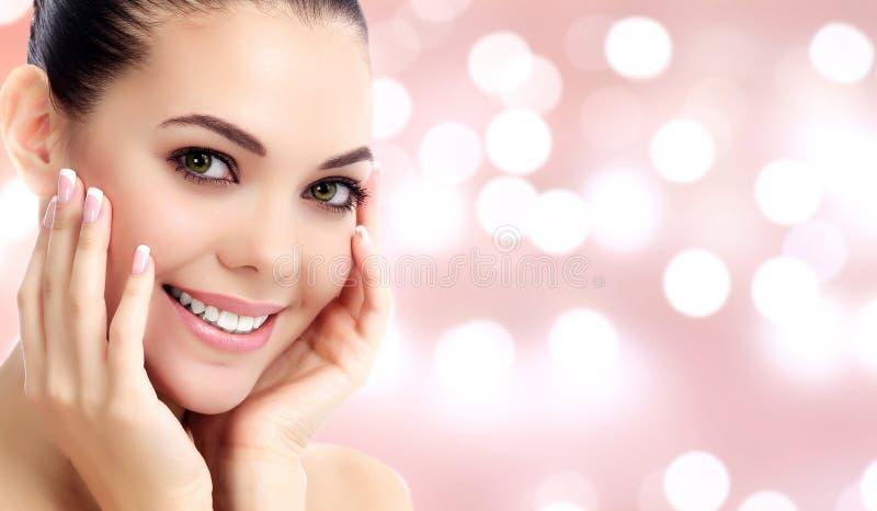 Όμορφη γυναίκα σε ένα αφηρημένο κλίμα στοκ εικόνα
