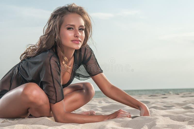 Όμορφη γυναίκα σε ένα μαγιό στην παραλία στοκ εικόνα με δικαίωμα ελεύθερης χρήσης