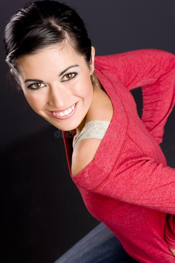 Όμορφη γυναίκα σε ένα σκαμνί στοκ φωτογραφία με δικαίωμα ελεύθερης χρήσης
