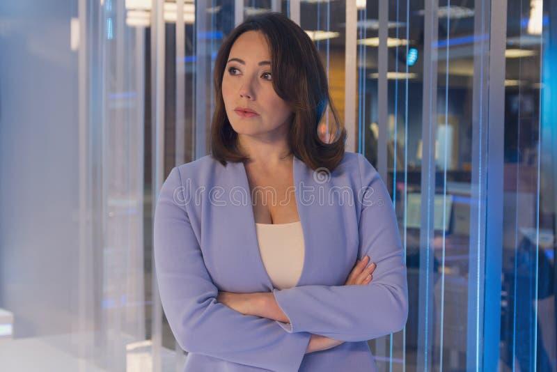 Όμορφη γυναίκα σε ένα τηλεοπτικό στούντιο στοκ εικόνα με δικαίωμα ελεύθερης χρήσης