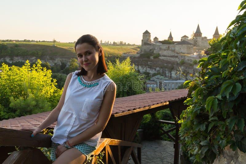 Όμορφη γυναίκα σε μια παλαιά ευρωπαϊκή πόλη στοκ φωτογραφίες