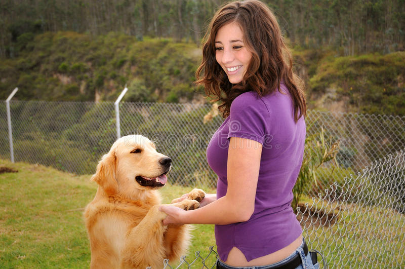 όμορφη γυναίκα σκυλιών στοκ εικόνες
