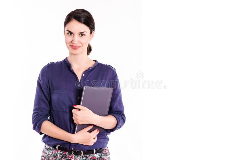 Όμορφη γυναίκα σπουδαστής με το βιβλίο στα χέρια στοκ εικόνες