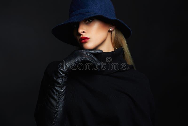 Όμορφη γυναίκα στα γάντια καπέλων και δέρματος κορίτσι μόδας αναδρομικό στοκ φωτογραφία