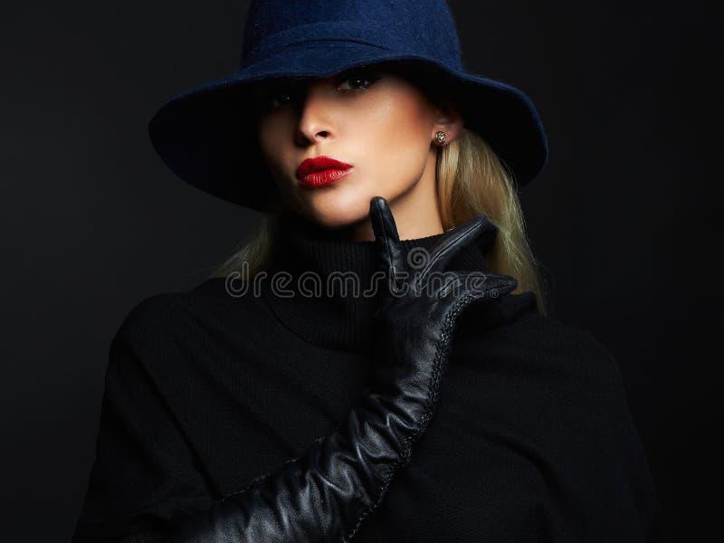 Όμορφη γυναίκα στα γάντια καπέλων και δέρματος κορίτσι μόδας αναδρομικό στοκ εικόνες
