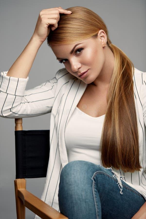 Όμορφη γυναίκα στα ενδύματα μόδας με Makeup και Hairstyle στοκ φωτογραφία με δικαίωμα ελεύθερης χρήσης
