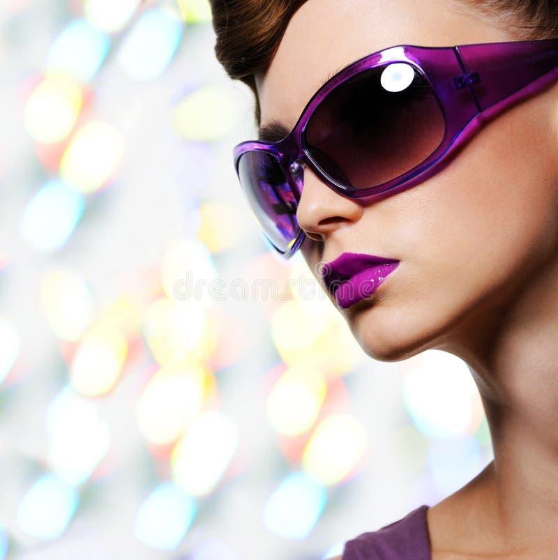Όμορφη γυναίκα στα ιώδη γυαλιά ηλίου μόδας στοκ φωτογραφίες