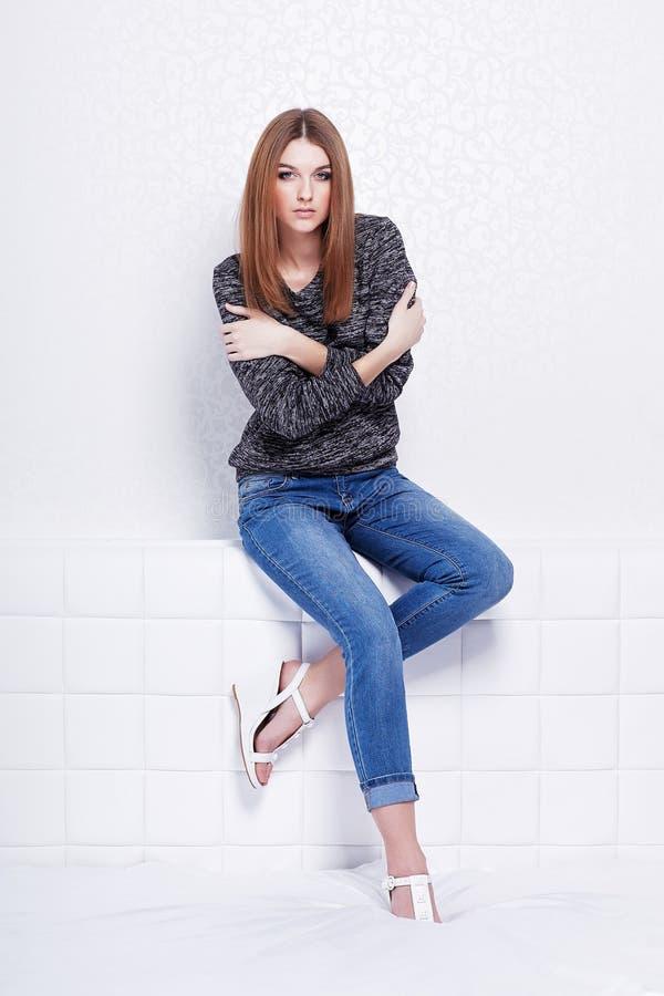 Όμορφη γυναίκα στα τζιν και το πουλόβερ στοκ φωτογραφίες