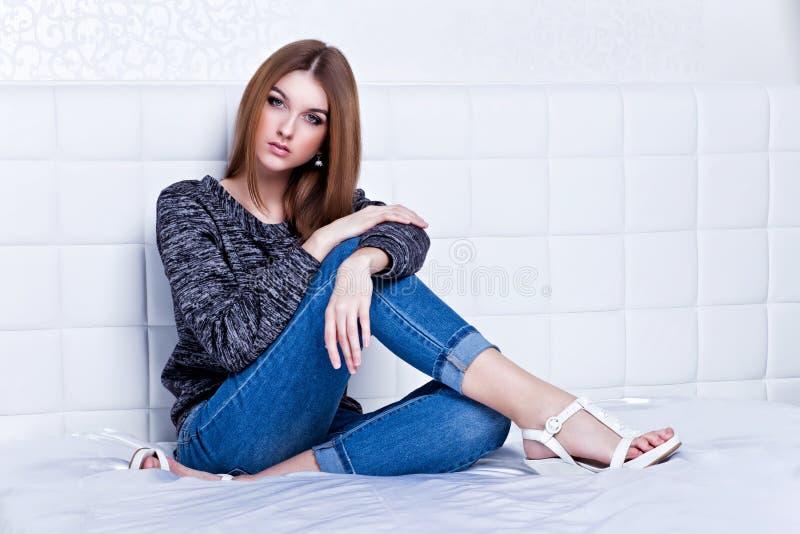 Όμορφη γυναίκα στα τζιν και το πουλόβερ στοκ φωτογραφίες με δικαίωμα ελεύθερης χρήσης