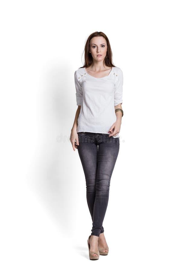 Όμορφη γυναίκα στην άσπρη μπλούζα στοκ εικόνες
