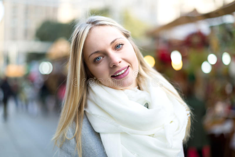 Όμορφη γυναίκα στην αγορά Χριστουγέννων στοκ φωτογραφίες