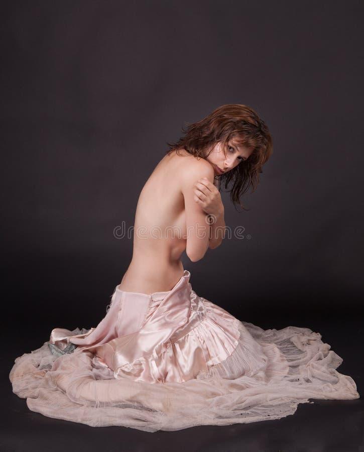 Όμορφη γυναίκα στην ανατρεμμένη εκλεκτής ποιότητας εσθήτα στοκ φωτογραφία