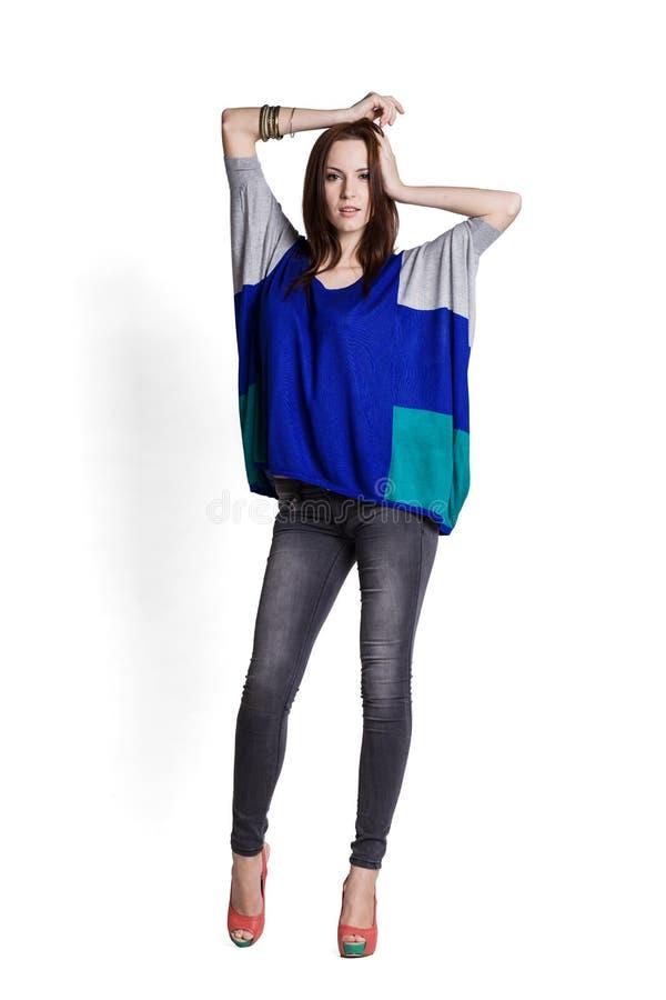 Όμορφη γυναίκα στην μπλε μπλούζα στοκ εικόνες