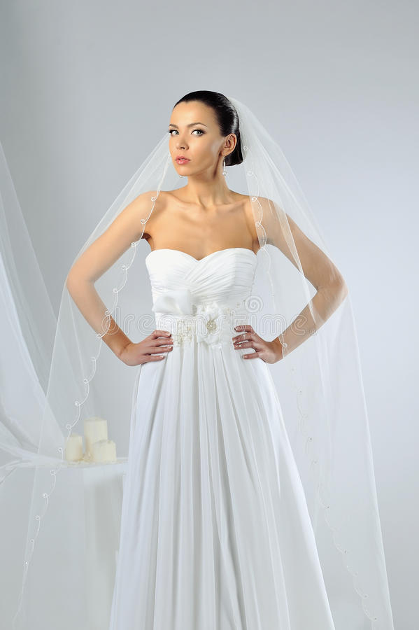 Όμορφη γυναίκα στην τοποθέτηση γαμήλιων φορεμάτων στο στούντιο στοκ φωτογραφίες με δικαίωμα ελεύθερης χρήσης