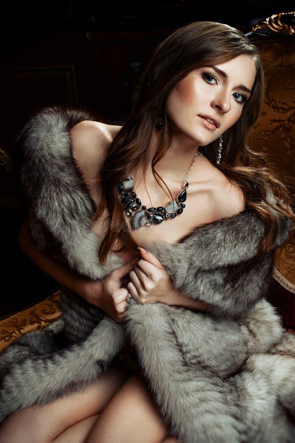 Όμορφη γυναίκα στη γούνα στοκ φωτογραφία