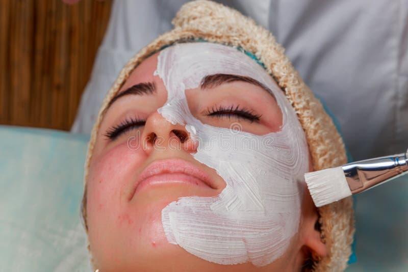 Όμορφη γυναίκα στη διαδικασία SPA στοκ εικόνα με δικαίωμα ελεύθερης χρήσης