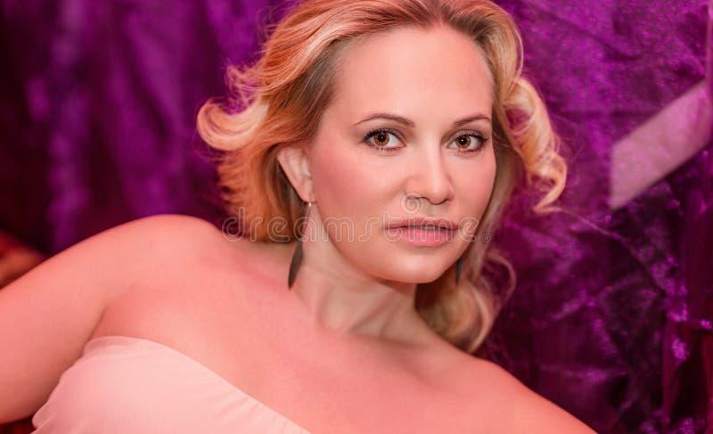 Όμορφη γυναίκα στη λέσχη στοκ εικόνα με δικαίωμα ελεύθερης χρήσης