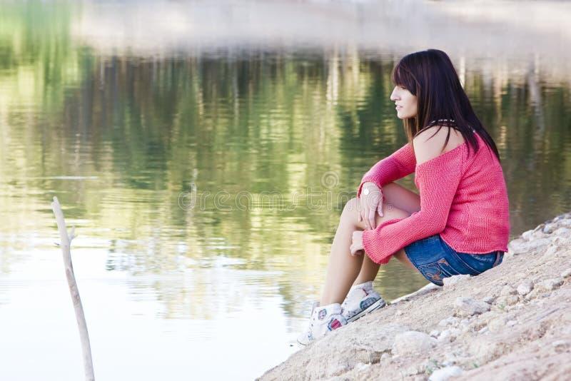 Όμορφη γυναίκα στη λίμνη στοκ εικόνα με δικαίωμα ελεύθερης χρήσης