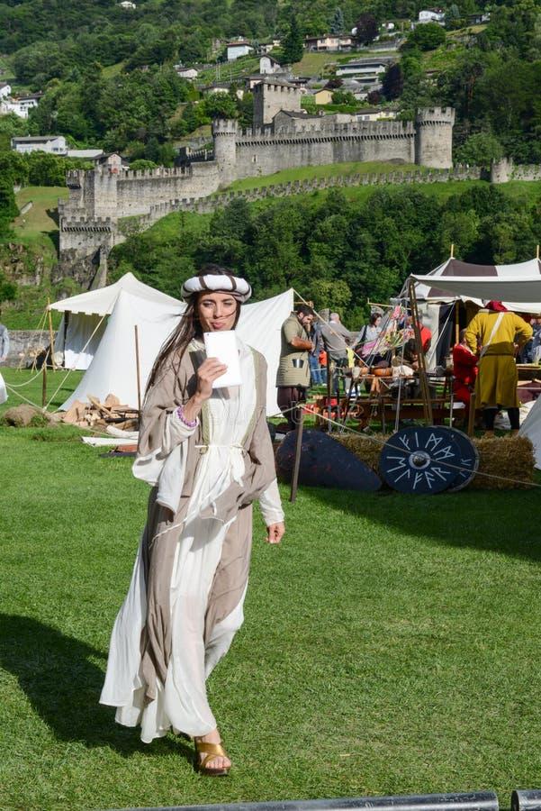 Όμορφη γυναίκα στη μεσαιωνική αγορά στο κάστρο Castelgrande στοκ φωτογραφία με δικαίωμα ελεύθερης χρήσης