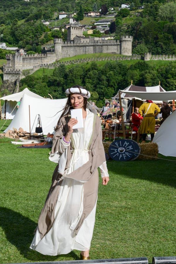 Όμορφη γυναίκα στη μεσαιωνική αγορά στο κάστρο Castelgrande στοκ εικόνες