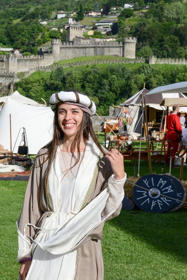Όμορφη γυναίκα στη μεσαιωνική αγορά στο κάστρο Castelgrande στοκ φωτογραφία