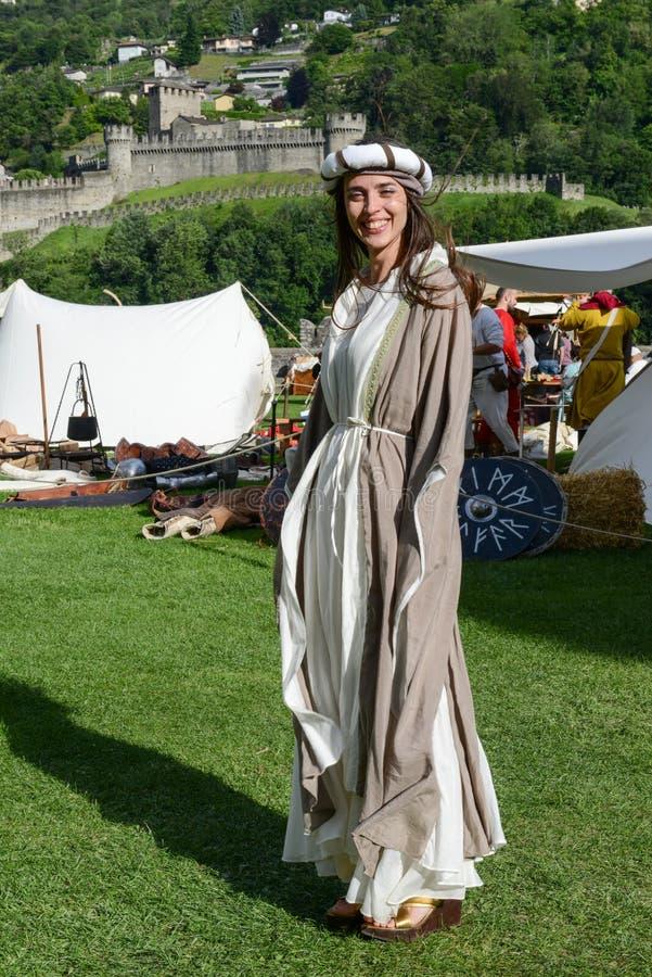 Όμορφη γυναίκα στη μεσαιωνική αγορά στο κάστρο Castelgrande στοκ φωτογραφίες