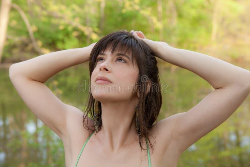 Όμορφη γυναίκα στη φύση που φαίνεται ανοδική στοκ φωτογραφία με δικαίωμα ελεύθερης χρήσης