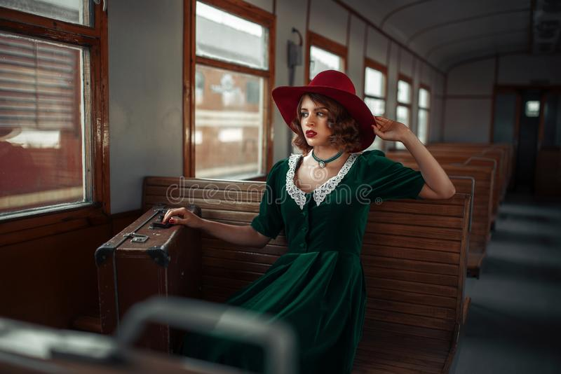 Όμορφη γυναίκα στο αναδρομικό τραίνο, παλαιό εσωτερικό βαγονιών εμπορευμάτων στοκ φωτογραφία με δικαίωμα ελεύθερης χρήσης