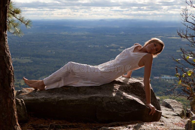 Όμορφη γυναίκα στο βουνό με τη φυσική όψη στοκ φωτογραφία με δικαίωμα ελεύθερης χρήσης