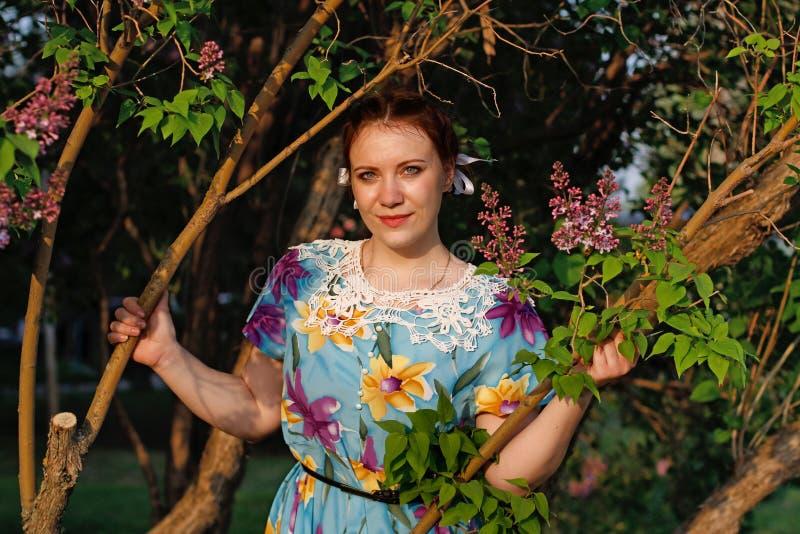 Όμορφη γυναίκα στο εκλεκτής ποιότητας φόρεμα στοκ φωτογραφίες με δικαίωμα ελεύθερης χρήσης