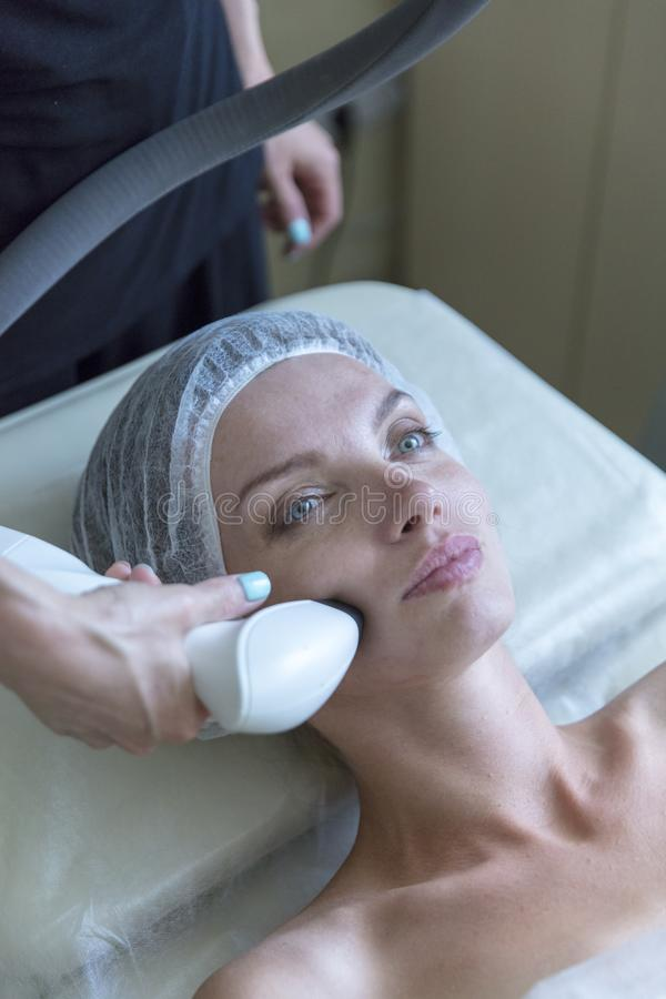 Όμορφη γυναίκα στο επαγγελματικό σαλόνι ομορφιάς κατά τη διάρκεια της ραδιο διαδικασίας ανύψωσης στοκ εικόνες με δικαίωμα ελεύθερης χρήσης