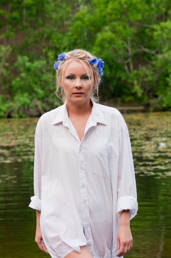 Όμορφη γυναίκα στο λευκό που προέρχεται από τη λίμνη στοκ εικόνα με δικαίωμα ελεύθερης χρήσης