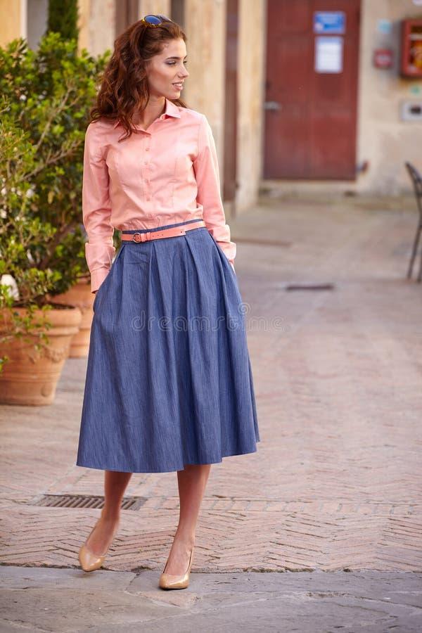 Όμορφη γυναίκα στο θερινό φόρεμα που περπατά και που τρέχει χαρούμενο και γ στοκ φωτογραφίες