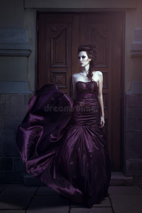 Όμορφη γυναίκα στο ιώδες φόρεμα στοκ εικόνες με δικαίωμα ελεύθερης χρήσης