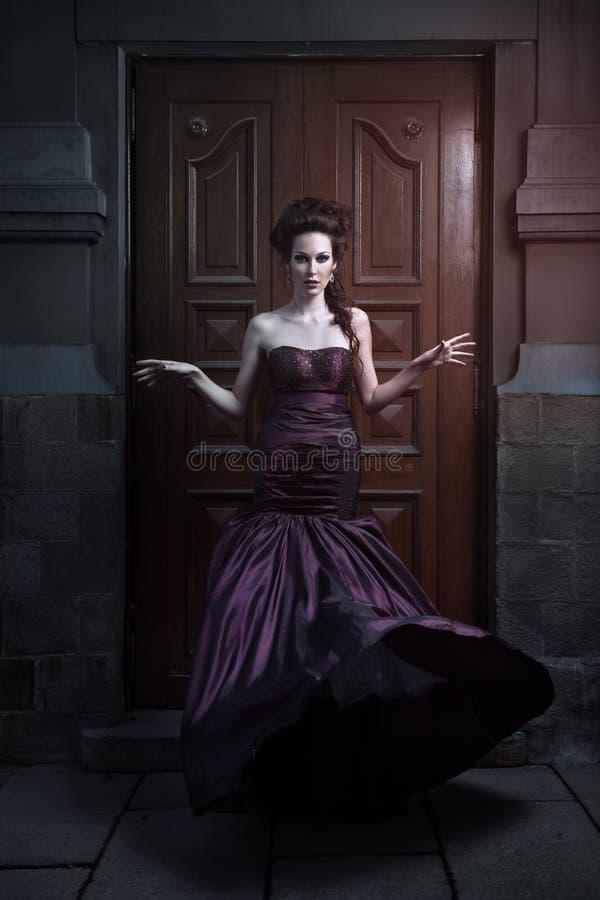 Όμορφη γυναίκα στο ιώδες φόρεμα στοκ φωτογραφίες με δικαίωμα ελεύθερης χρήσης