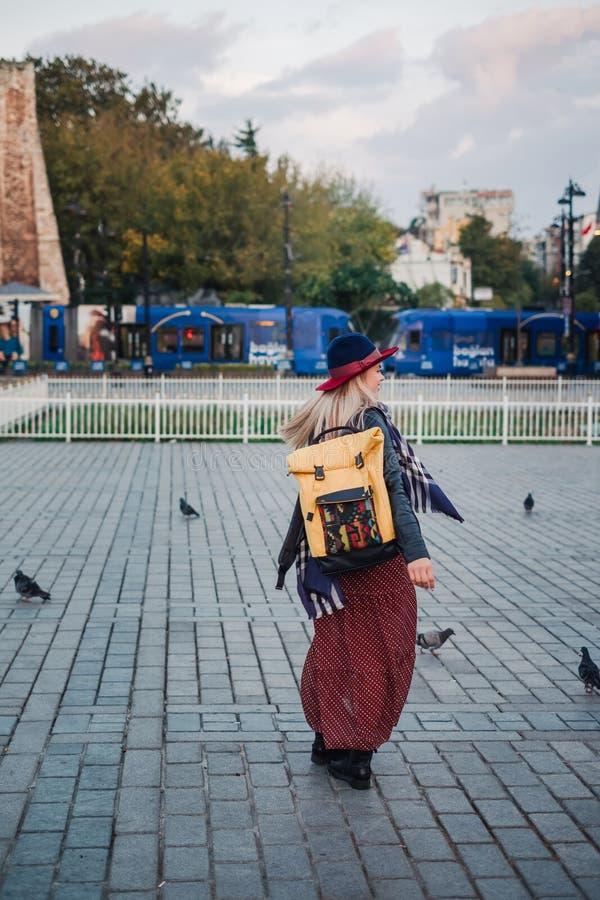 Όμορφη γυναίκα στο καπέλο και φόρεμα που ταξιδεύει στη Ιστανμπούλ, Τουρκία στοκ φωτογραφία με δικαίωμα ελεύθερης χρήσης