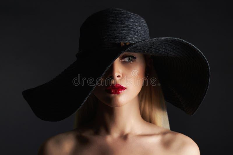 Όμορφη γυναίκα στο καπέλο Κορίτσι ομορφιάς μόδας στοκ φωτογραφία με δικαίωμα ελεύθερης χρήσης