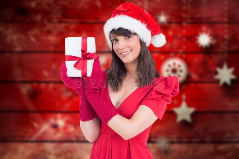 Όμορφη γυναίκα στο καπέλο santa που παρουσιάζει κιβώτιο δώρων της στοκ φωτογραφία με δικαίωμα ελεύθερης χρήσης