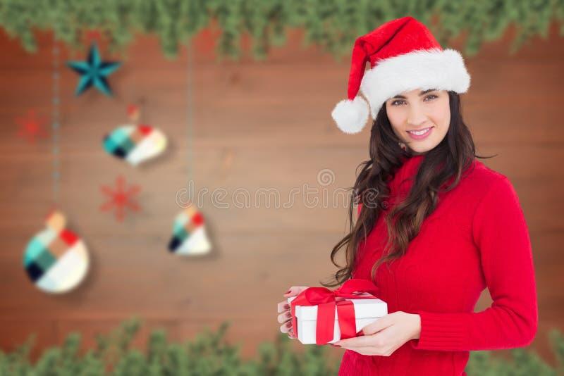 Όμορφη γυναίκα στο κοστούμι santa που κρατά το δώρο της στοκ φωτογραφία με δικαίωμα ελεύθερης χρήσης