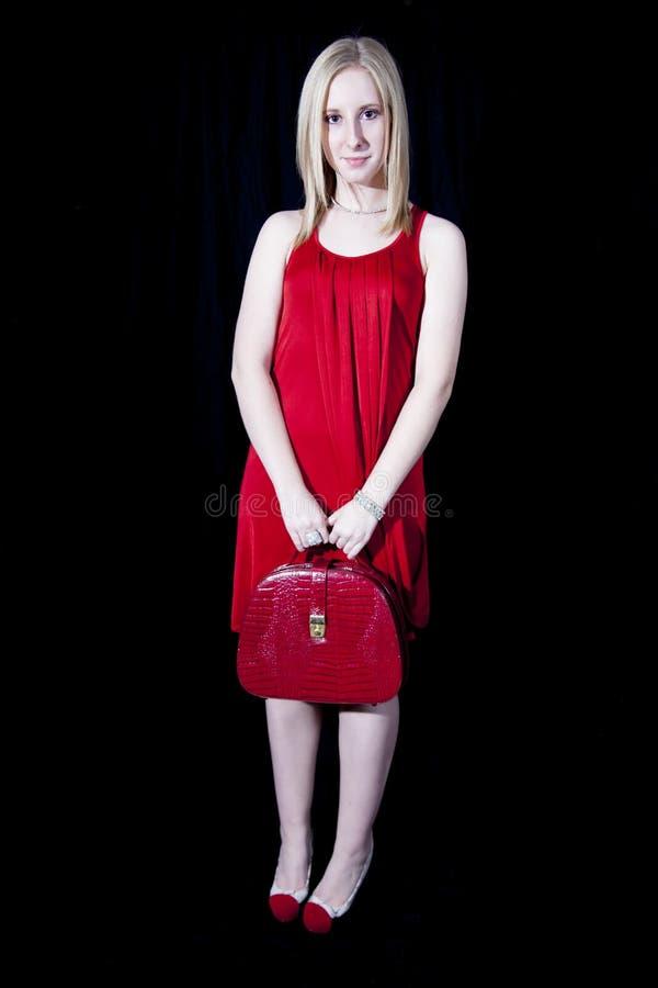 Όμορφη γυναίκα στο κόκκινο