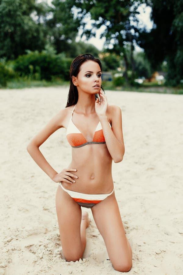 Όμορφη γυναίκα στο μαγιό στην αμμώδη παραλία στοκ εικόνα με δικαίωμα ελεύθερης χρήσης
