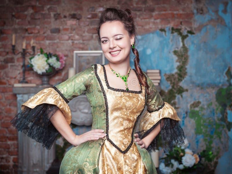 Όμορφη γυναίκα στο μεσαιωνικό κλείσιμο του ματιού φορεμάτων στοκ εικόνες με δικαίωμα ελεύθερης χρήσης