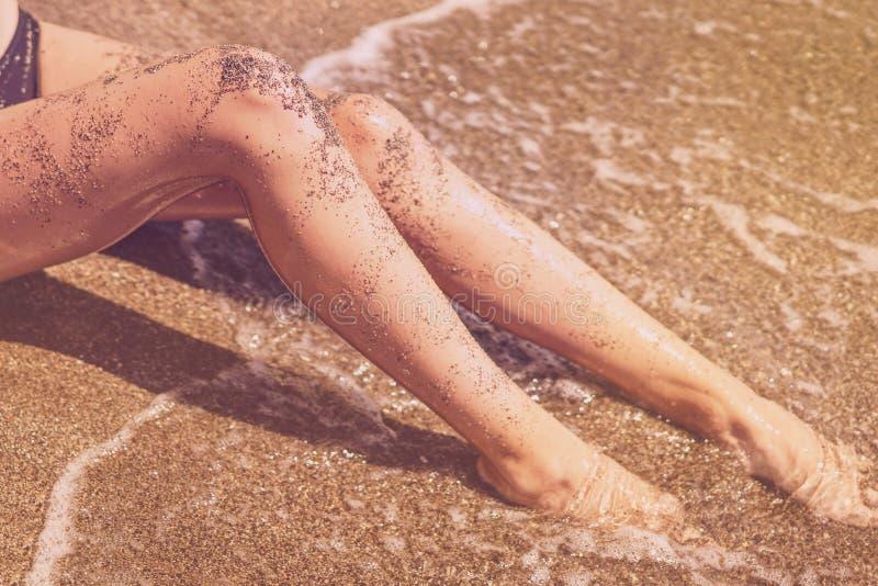 Όμορφη γυναίκα στο μπικίνι που κάνει ηλιοθεραπεία στην παραλία στοκ φωτογραφία με δικαίωμα ελεύθερης χρήσης